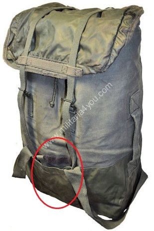 The top lid is reversible and has a rubber lining. Behind the rubber is a small pocket. Source: www.militaria4you.com